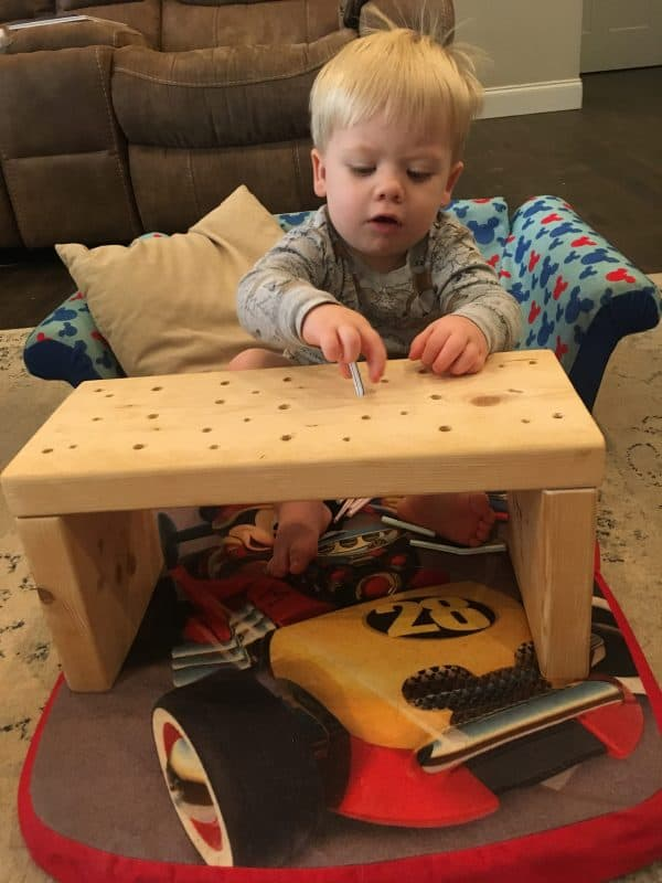Toddler Learning Activity that has NO MESS. Easy to make and helps with hand-eye coordination! #baby #toddler #toddleractivities